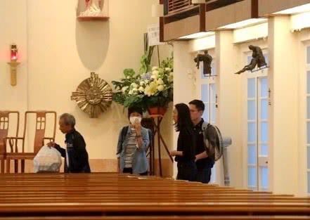 Lễ tưởng niệm Lam Khiết Anh: Trương Vệ Kiện buồn bã, chị gái lặng người trước di ảnh xinh đẹp của nữ diễn viên - Ảnh 14.