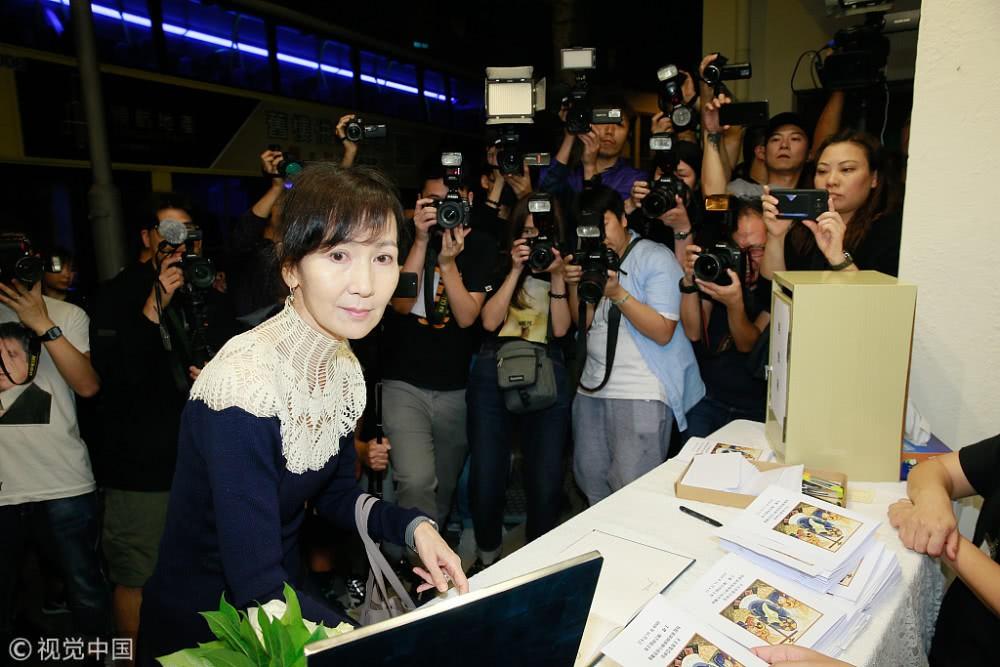 Lễ tưởng niệm Lam Khiết Anh: Trương Vệ Kiện buồn bã, chị gái lặng người trước di ảnh xinh đẹp của nữ diễn viên - Ảnh 5.