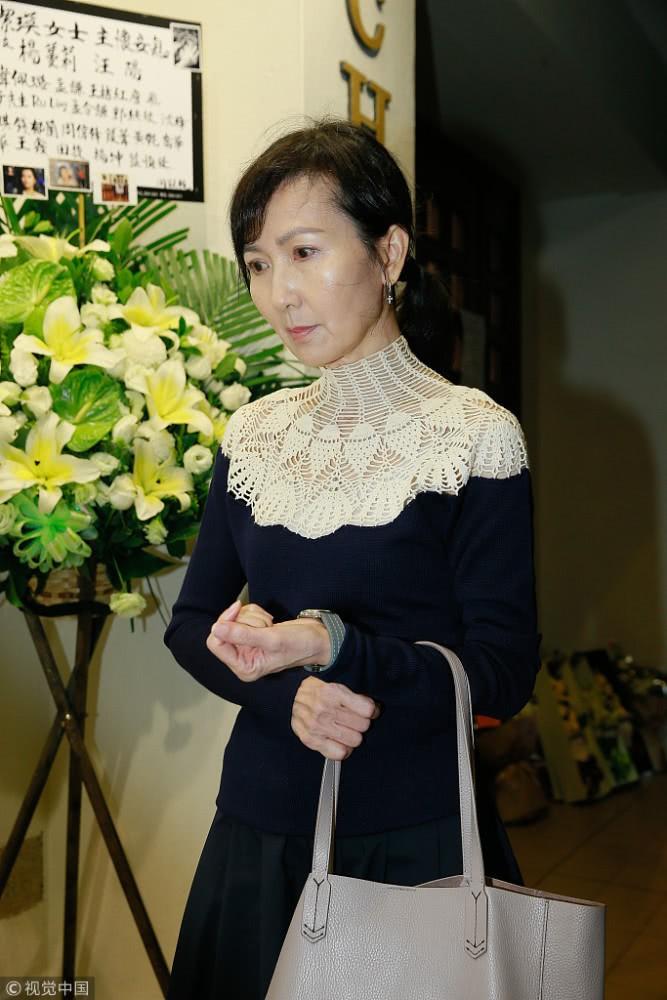 Sự cố ngoài đám tang Lam Khiết Anh: Người hâm mộ mang biểu ngữ bất bình với kẻ cưỡng hiếp nữ diễn viên - Ảnh 1.