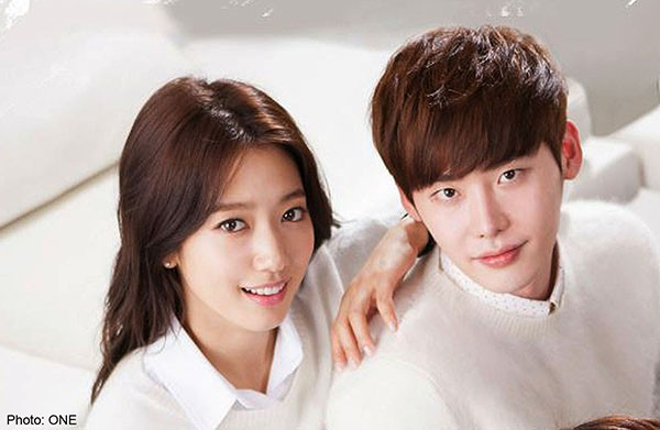 """Trong khi đó, Park Shin Hye lại dính tiếng """"sát trai"""" bởi cứ mỗi lần đóng xong phim là lại vướng tin đồn hẹn hò với bạn diễn. Trong số những người bạn trai tin đồn của cô, có lẽ Lee Jong Suk là cái tên nổi bật nhất. Còn nhớ, Dispatch từng ồ ạt tung bằng chứng hẹn hò của Park Shin Hye - Lee Jong Suk chỉ để ép cặp đôi phải thừa nhận mối quan hệ tình cảm nhưng họ vẫn phủ nhận tới cùng"""
