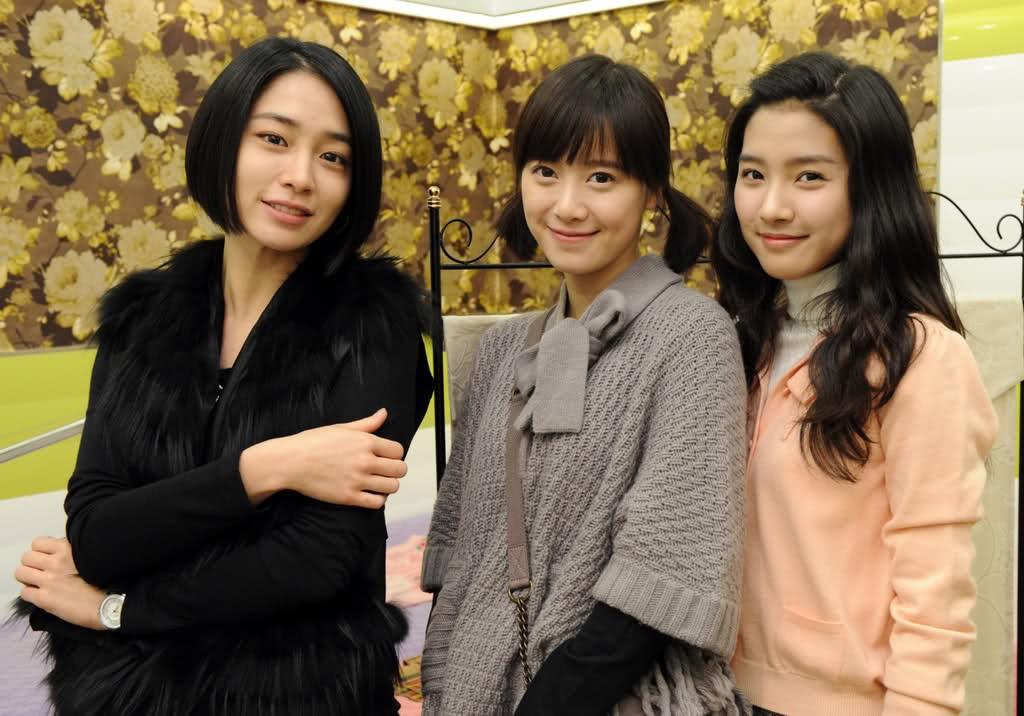 """Trong """"Vườn sao băng"""" (2009), Kim So Eun chỉ đóng vai phụ, làm nền cho nữ chính Goo Hye Sun nhưng cứ mỗi lần xuất hiện cùng nhau, nhan sắc của mỹ nhân họ Kim lại khiến Goo Hye Sun bị lu mờ"""