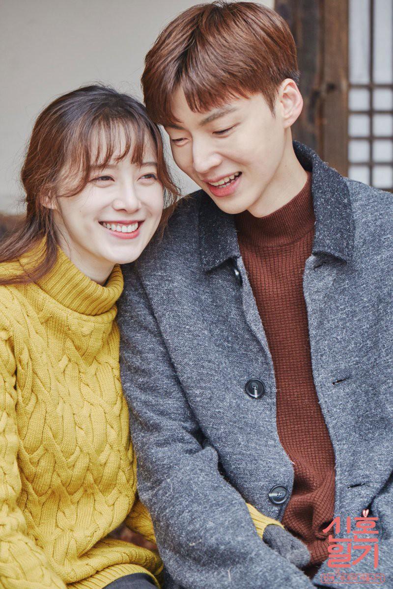 """Trong khi đó, Goo Hye Sun đã kết hôn với Ahn Jae Hyun hồi năm ngoái. Được biết, cặp đôi """"phim giả tình thật"""" sau khi cùng hợp tác trong bộ phim """"Blood"""". Hiện Goo Hye Sun - Ahn Jae Hyun là một trong những cặp vợ chồng đáng ngưỡng mộ nhất Kbiz"""
