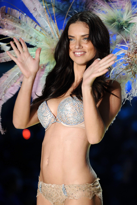 """Chia tay thiên thần khóc"""" Adriana Lima - cô gái dành cả thanh xuân để tỏa sáng trên sàn diễn Victorias Secret Fashion Show - Ảnh 18."""