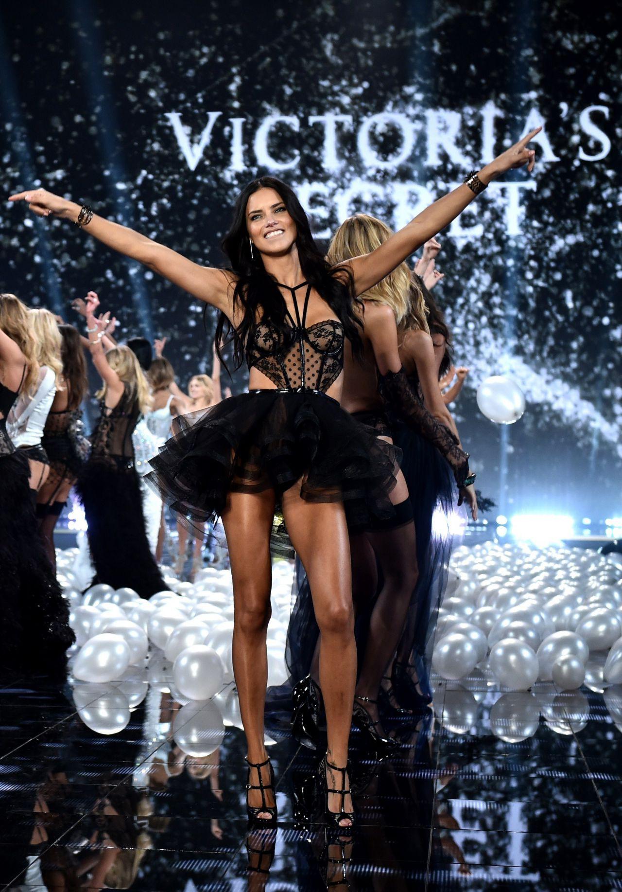 """Chia tay thiên thần khóc"""" Adriana Lima - cô gái dành cả thanh xuân để tỏa sáng trên sàn diễn Victorias Secret Fashion Show - Ảnh 30."""