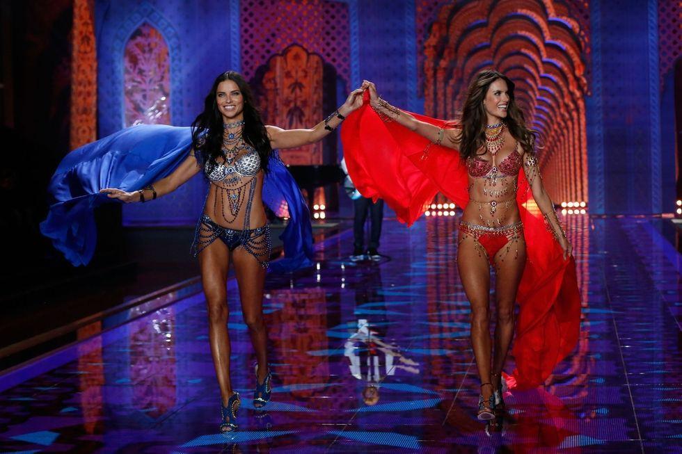 """Chia tay thiên thần khóc"""" Adriana Lima - cô gái dành cả thanh xuân để tỏa sáng trên sàn diễn Victorias Secret Fashion Show - Ảnh 29."""