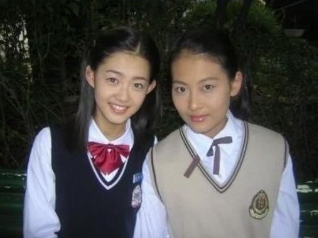 """Go Ara (bên trái) và Oh Yeon Seo từng có dịp đọ sắc với nhau khi cùng xuất hiện trong tác phẩm truyền hình """"Ngưỡng cửa cuộc đời"""" 15 năm trước. Lúc này, Go Ara đã là ngôi sao teen được nhiều người biết đến, trong khi đó Oh Yeon Seo bị khán giả """"ngó lơ"""". Thuở đó, nữ diễn viên """"Hoa du ký"""" mờ nhạt tới mức bị lầm tưởng là một fan đang chụp hình cùng thần tượng"""