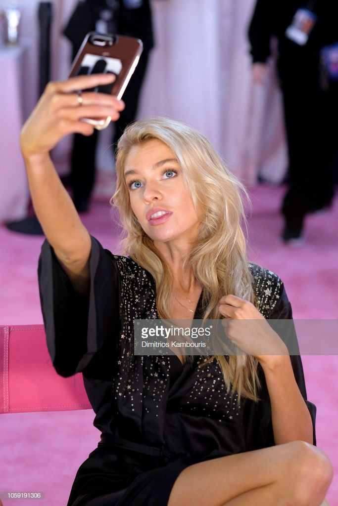 Victoria's Secret Show 2018: Do not wear a pink robe like every year, the model of a black dress super seductive - Picture 9.
