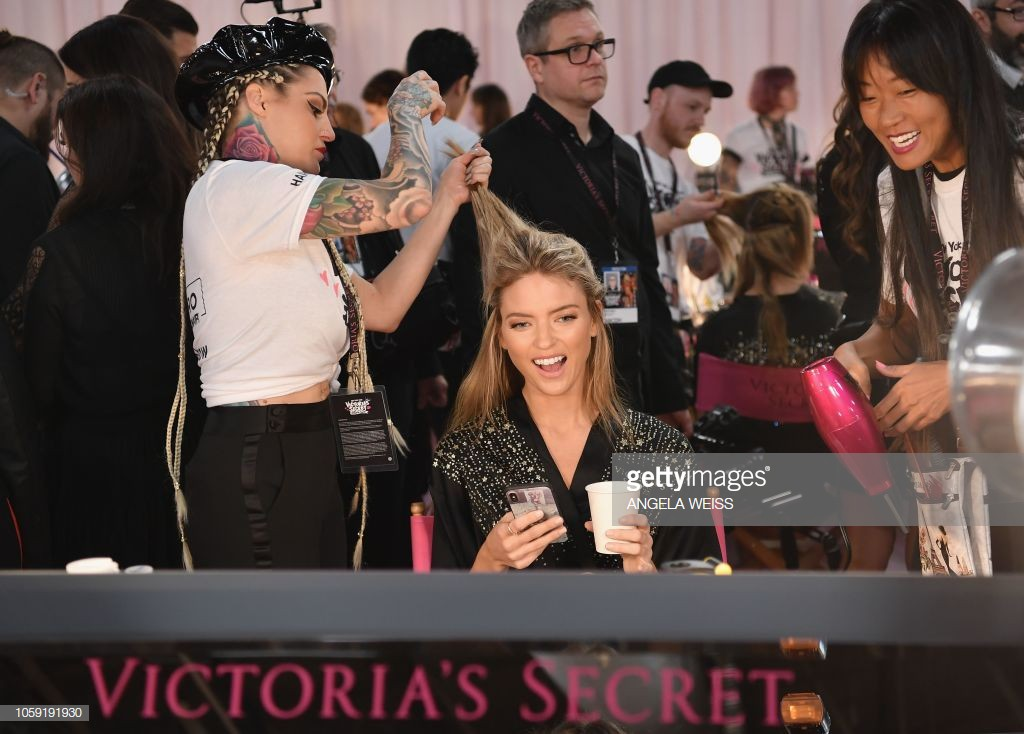 Victoria's Secret Show 2018: Do not wear pink robe like every year, black models in seductive black color - Picture 10.
