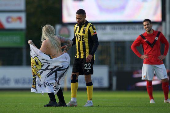 Chết cười trước cảnh fan thuê người đẹp thoát y chạy vào sân, đong đưa và khiêu khích cầu thủ đội bạn - Ảnh 2.