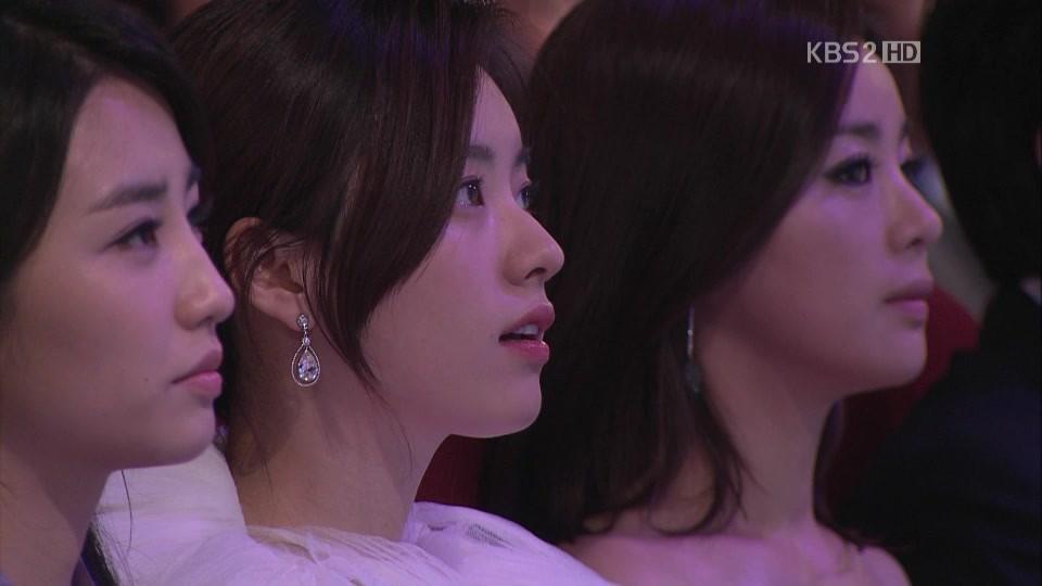 """Sau đêm trao giải """"Baeksang Arts Awards 2011"""", loạt ảnh của Han Hyo Joo đã trở thành tâm điểm bàn tán của cư dân mạng xứ Hàn. Trong những hình ảnh này, nhan sắc cùng thần thái của mỹ nhân họ Han đã lấn át hoàn toàn 2 người đẹp Park Ha Sun và Seo Young Hee"""