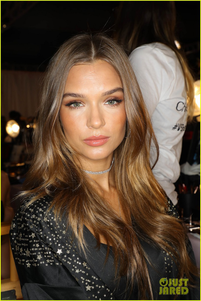 Victoria's Secret Show 2018: Not wearing a pink dress like every year, the model of a black dress super seductive - Picture 4.
