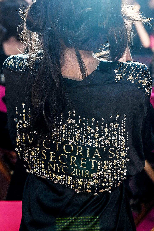 Hậu trường Victoria's Secret Show 2018: Không diện áo choàng hồng như mọi năm, dàn mẫu diện áo đen siêu quyến rũ - Ảnh 3.