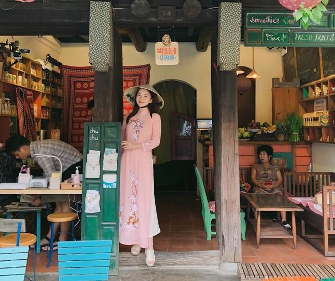 Thiên thần nội y Hàn Quốc Lee Ha Neul đang thăm thú Hội An, khoe ảnh mặc áo dài đội nón lá - Ảnh 2.