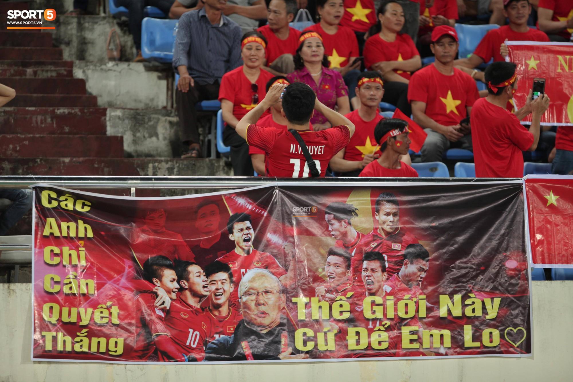 Đây mới là lý do khiến cầu thủ Lào chạnh lòng sau trận thua 0-3 trước Việt Nam ở AFF Cup 2018 - Ảnh 6.