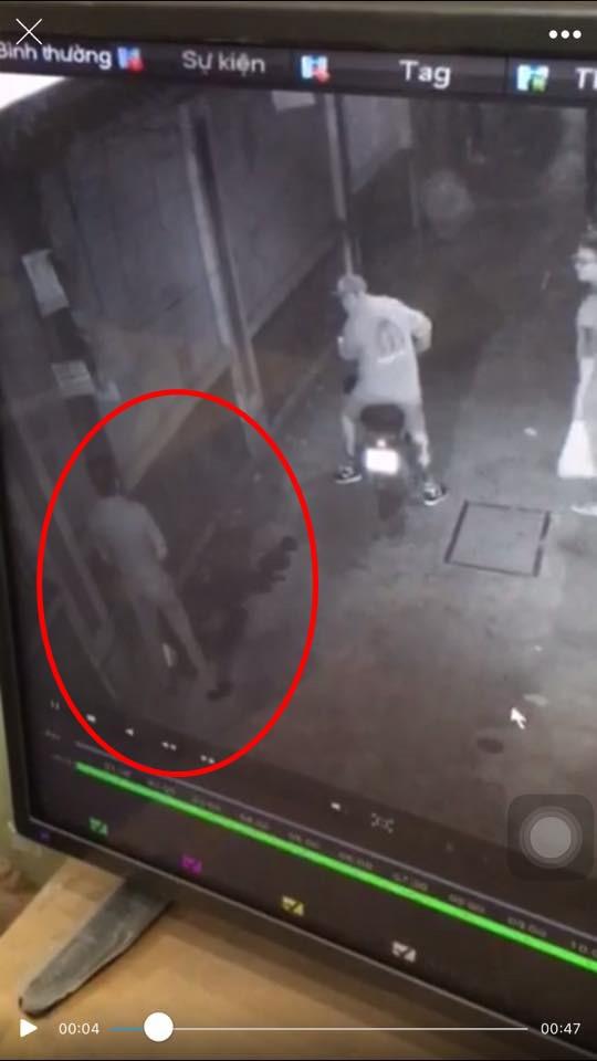 Clip: Nam thanh niên nghi đổ xăng phóng hỏa để trả thù sau khi bị nhắc nhở vì đi tiểu bậy trước cửa nhà dân - Ảnh 2.