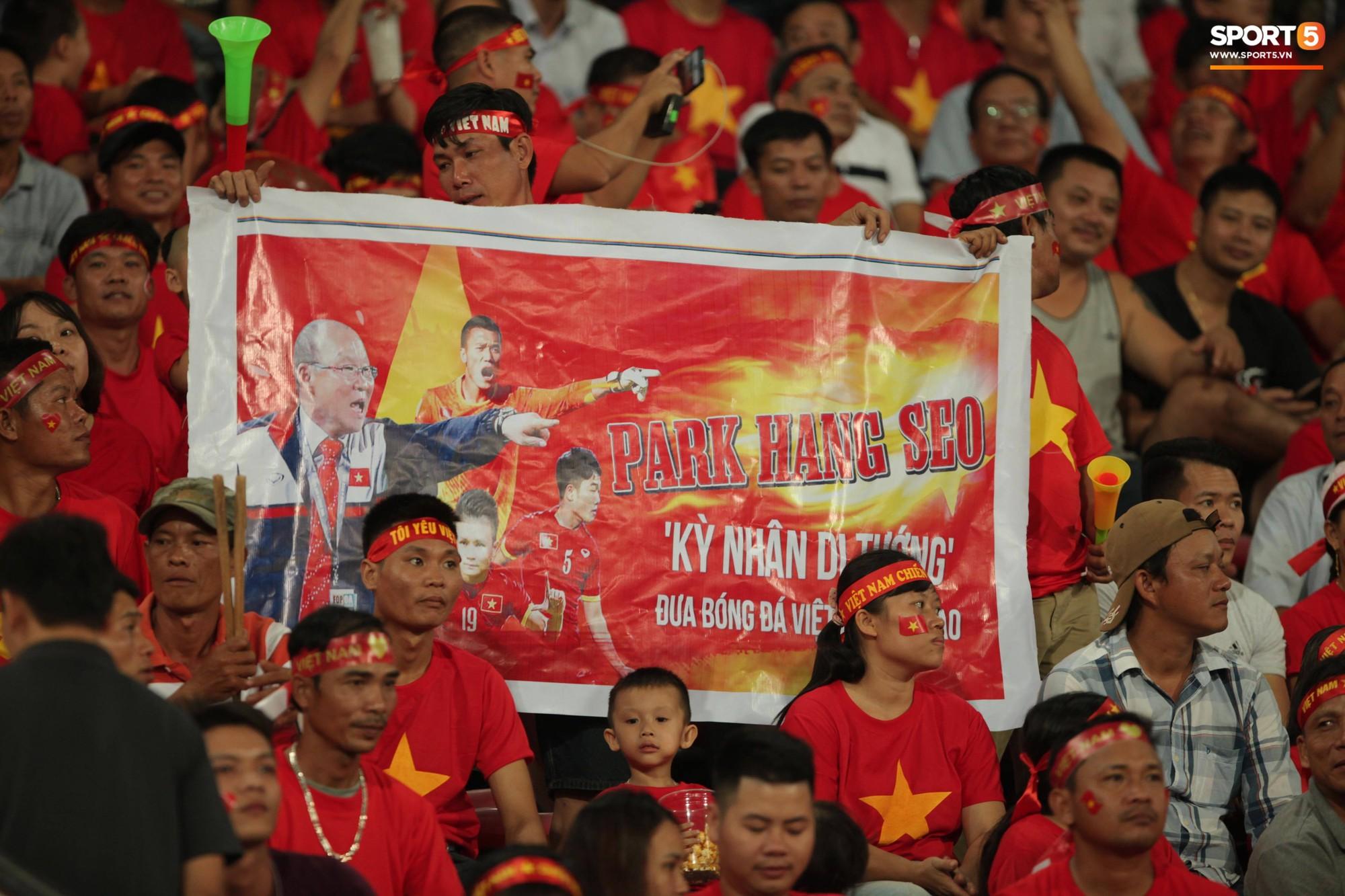 Đây mới là lý do khiến cầu thủ Lào chạnh lòng sau trận thua 0-3 trước Việt Nam ở AFF Cup 2018 - Ảnh 8.