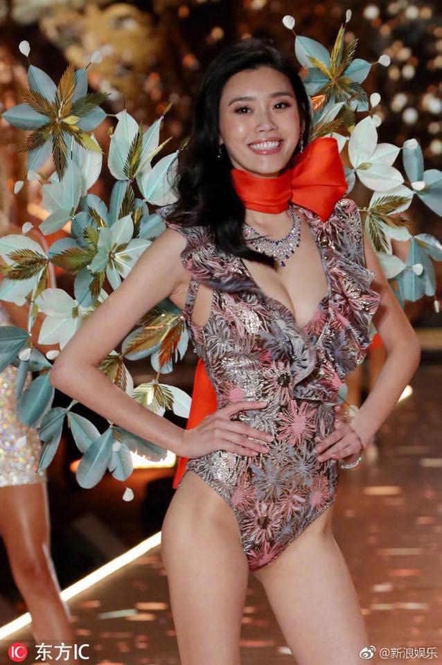 Năm ngoái Ming Xi từng ngã trên sàn diễn Victorias Secret 2017, còn năm nay thì không - Ảnh 3.