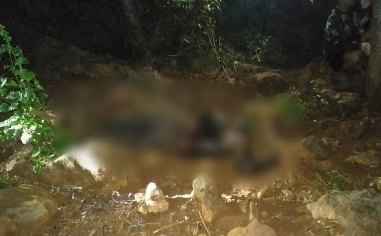 Nóng: Phát hiện thi thể lìa đầu đang phân hủy nặng trên vách đá ở Thanh Hóa - Ảnh 1.