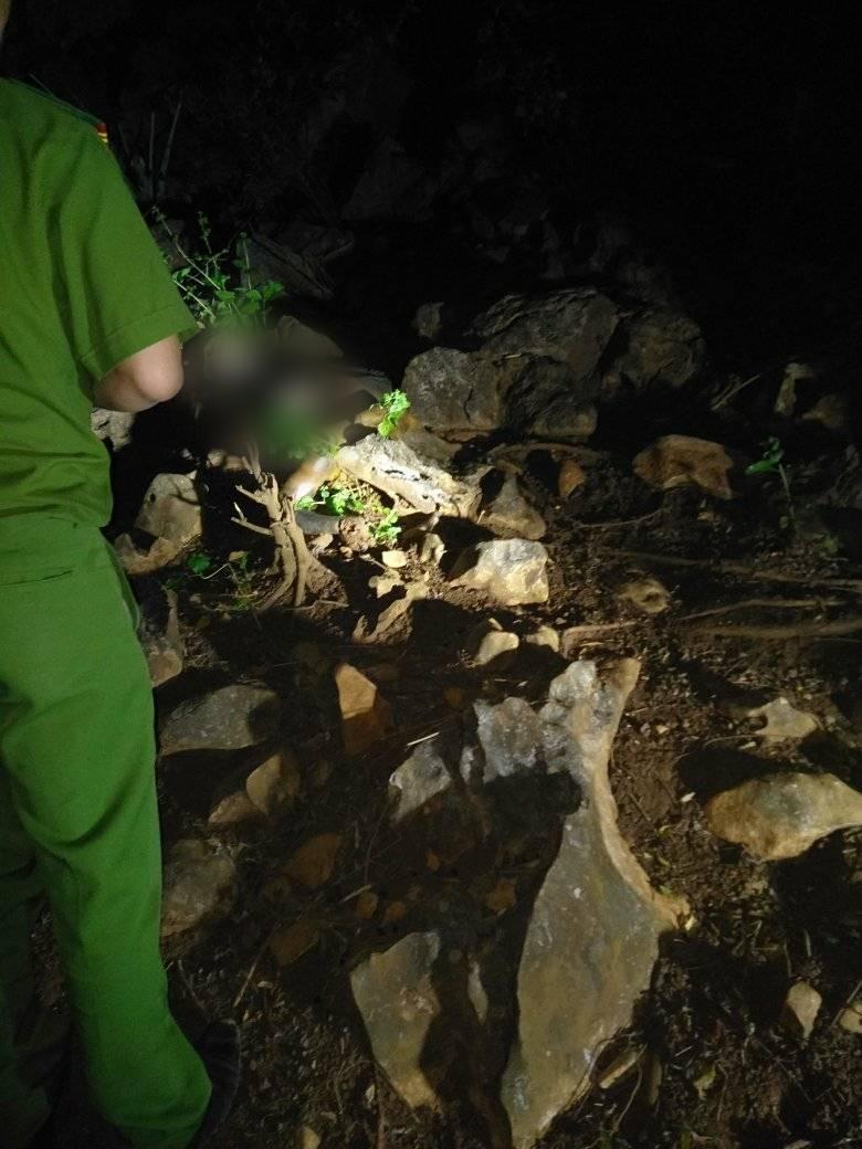 Nóng: Phát hiện thi thể lìa đầu đang phân hủy nặng trên vách đá ở Thanh Hóa - Ảnh 3.