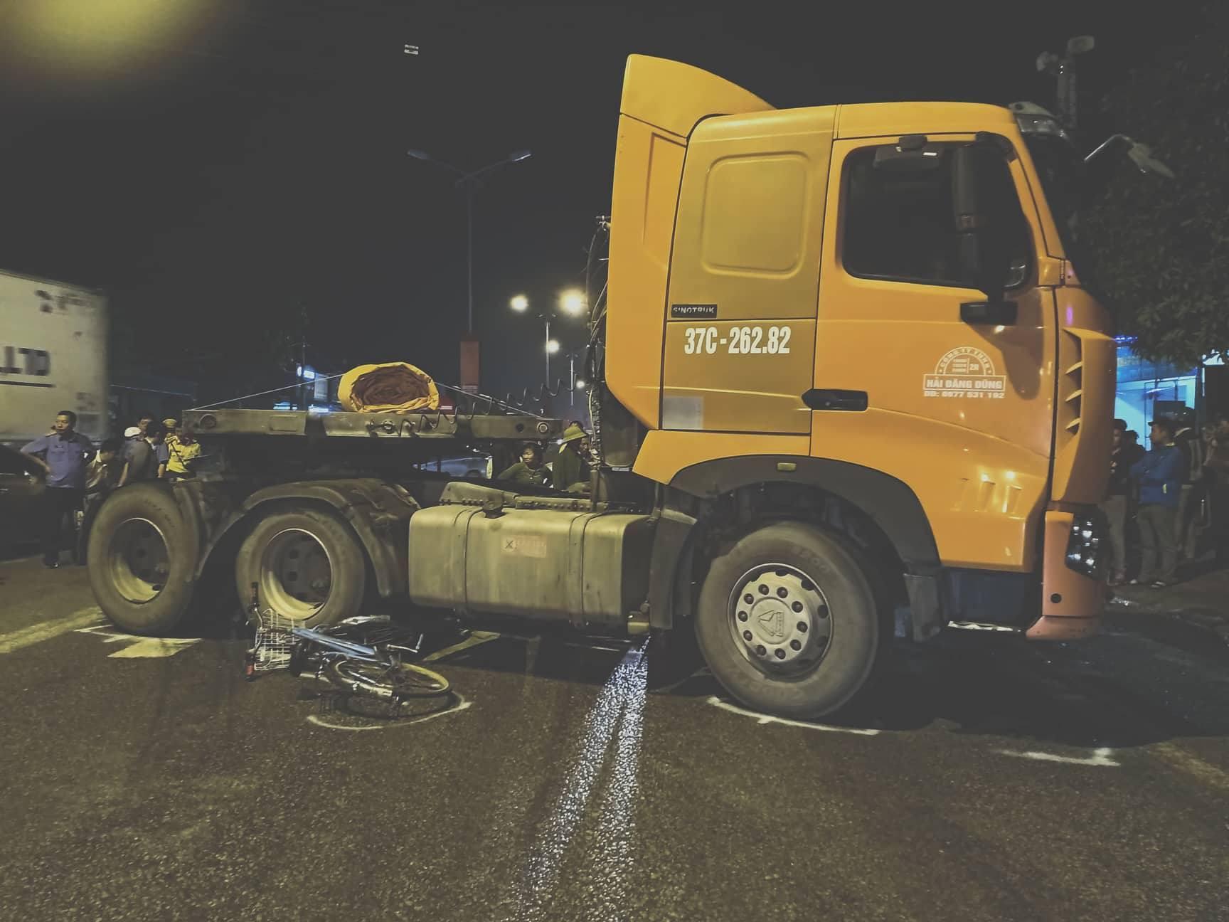 Nam sinh lớp 7 tử vong, 2 học sinh khác nguy kịch sau va chạm với xe container - Ảnh 1.