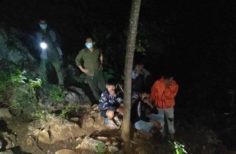 Nóng: Phát hiện thi thể lìa đầu đang phân hủy nặng trên vách đá ở Thanh Hóa - Ảnh 2.