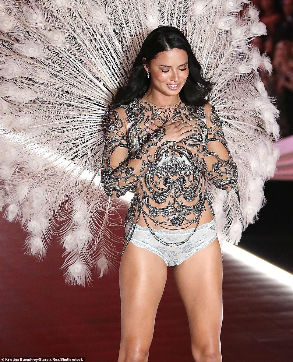 Thiên thần chị cả Adriana Lima chính thức chia tay Victorias Secret Fashion Show, xúc động bật khóc ngay trên sân khấu cuối cùng - Ảnh 10.