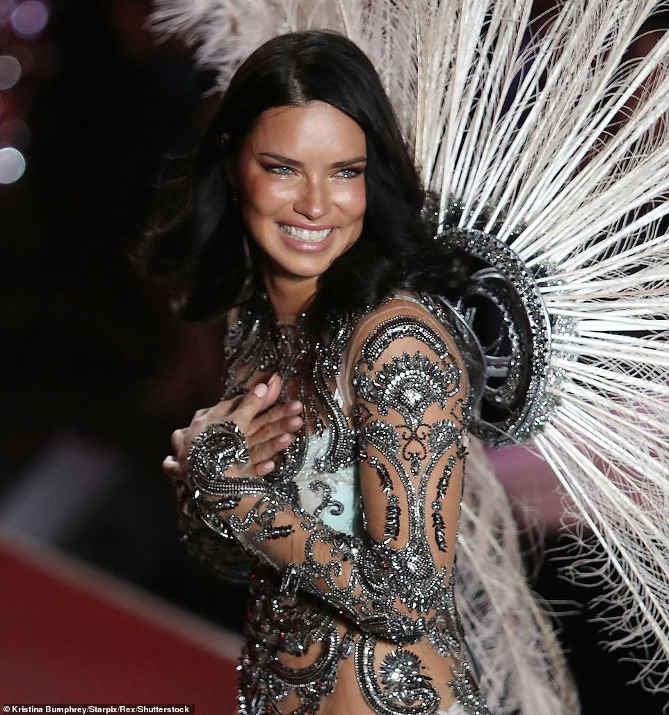 Thiên thần chị cả Adriana Lima chính thức chia tay Victorias Secret Fashion Show, xúc động bật khóc ngay trên sân khấu cuối cùng - Ảnh 11.