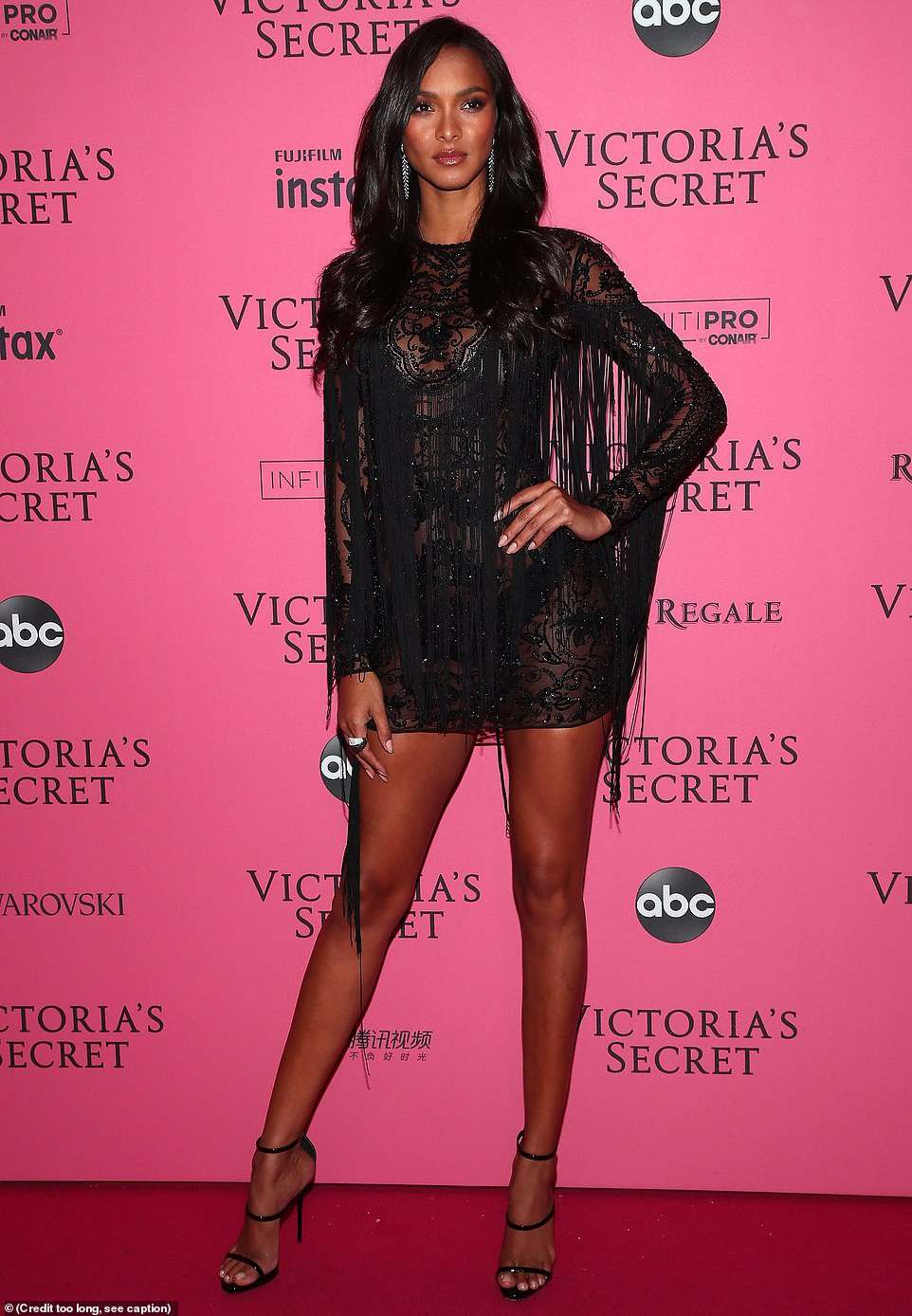 Thảm đỏ hậu show Victorias Secret: Dù không đẹp nhất, Bella Hadid vẫn nổi nhất dàn sao vì... lộ hết vòng 1 - Ảnh 12.