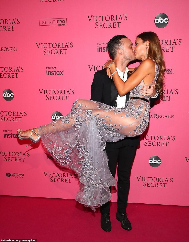 Thảm đỏ hậu show Victorias Secret: Dù không đẹp nhất, Bella Hadid vẫn nổi nhất dàn sao vì... lộ hết vòng 1 - Ảnh 11.