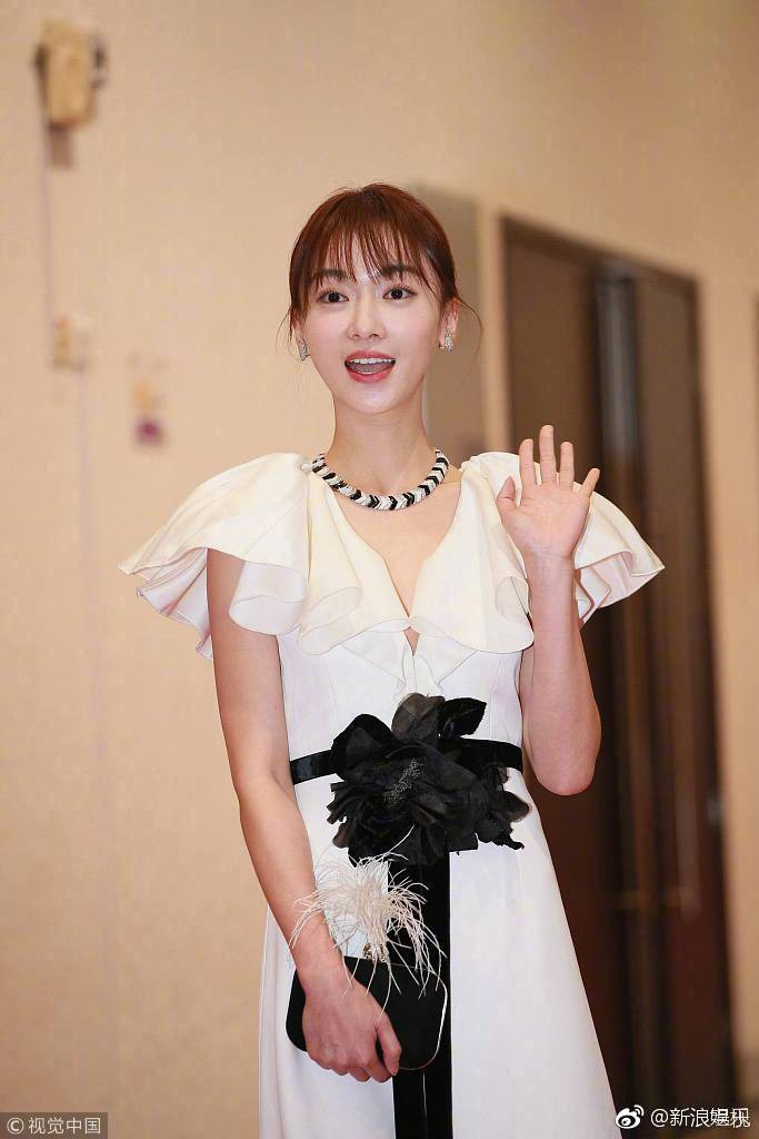 Thảm đỏ Hoa Đỉnh: Hoa hậu Hong Kong diện đầm xuyên thấu khoe body, Ngô Cẩn Ngôn bánh bèo với váy xẻ sâu - Ảnh 1.