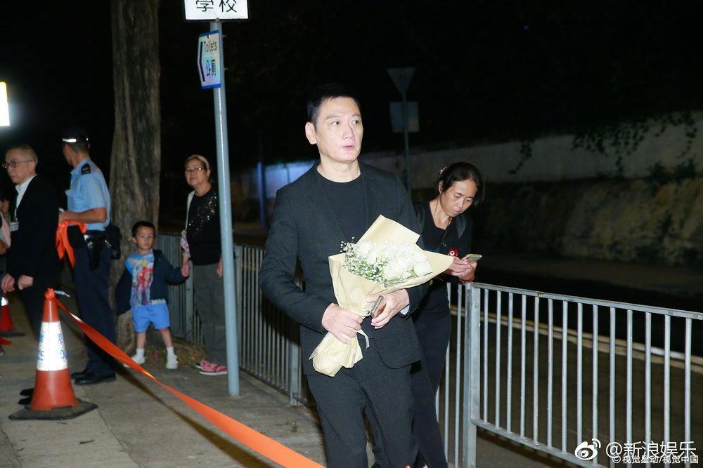 Sự cố ngoài đám tang Lam Khiết Anh: Người hâm mộ mang biểu ngữ bất bình với kẻ cưỡng hiếp nữ diễn viên - Ảnh 3.