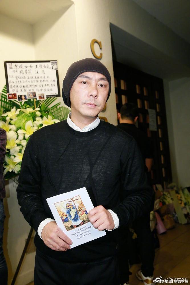 Sự cố ngoài đám tang Lam Khiết Anh: Người hâm mộ mang biểu ngữ bất bình với kẻ cưỡng hiếp nữ diễn viên - Ảnh 2.