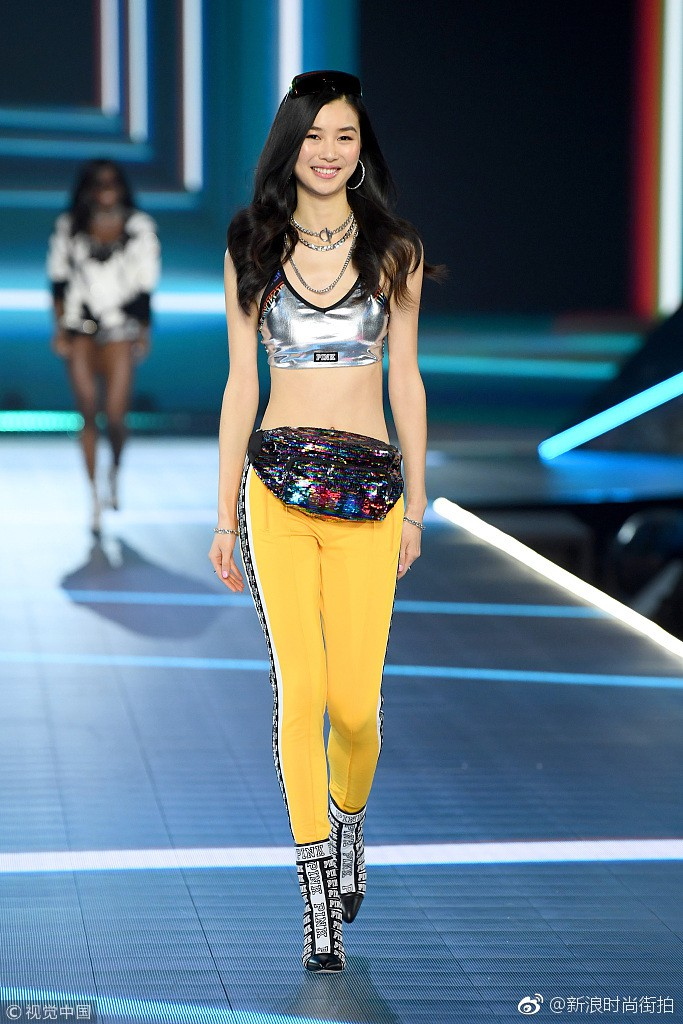 Nhan sắc và thần thái nổi bật của 4 chân dài Trung Quốc trên sàn catwalk Victorias Secret 2018 - Ảnh 13.