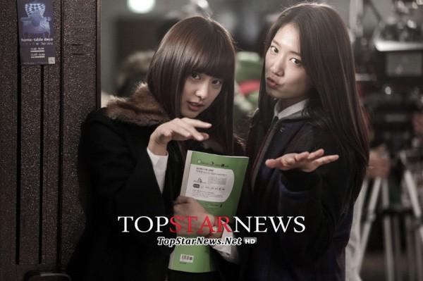 """Park Shin Hye và Kim Ji Won từng có cơ hội đọ sắc với nhau trong hậu trường của bộ phim truyền hình gây bão một thời """"The Heirs"""". Vào thời điểm đó, tuy Kim Ji Won chỉ đóng vai phụ làm nền cho Park Shin Hye nhưng nhan sắc của mỹ nhân họ Kim lại được đánh giá là vượt trội hơn hẳn"""