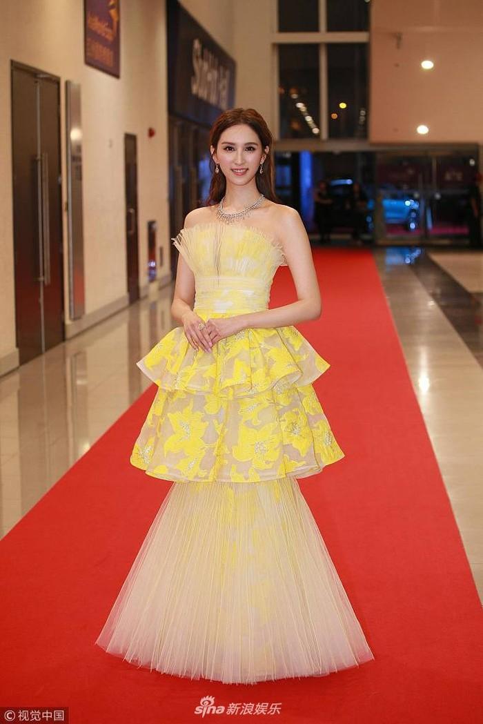 Thảm đỏ Hoa Đỉnh: Hoa hậu Hong Kong diện đầm xuyên thấu khoe body, Ngô Cẩn Ngôn bánh bèo với váy xẻ sâu - Ảnh 8.