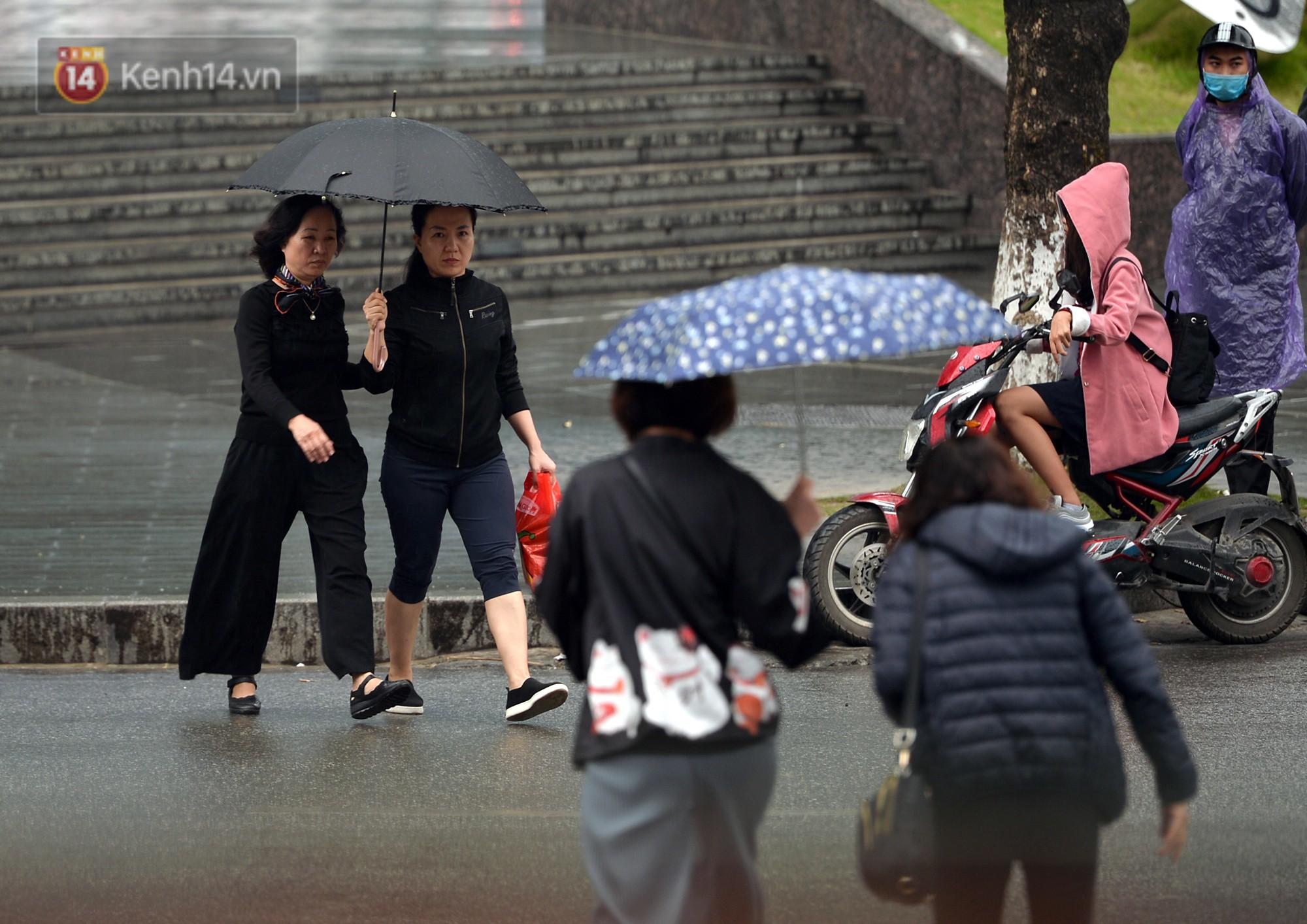 Chùm ảnh: Hà Nội giảm nhiệt độ, người mặc áo khoác dày, người quần đùi áo cộc xuống phố - Ảnh 4.