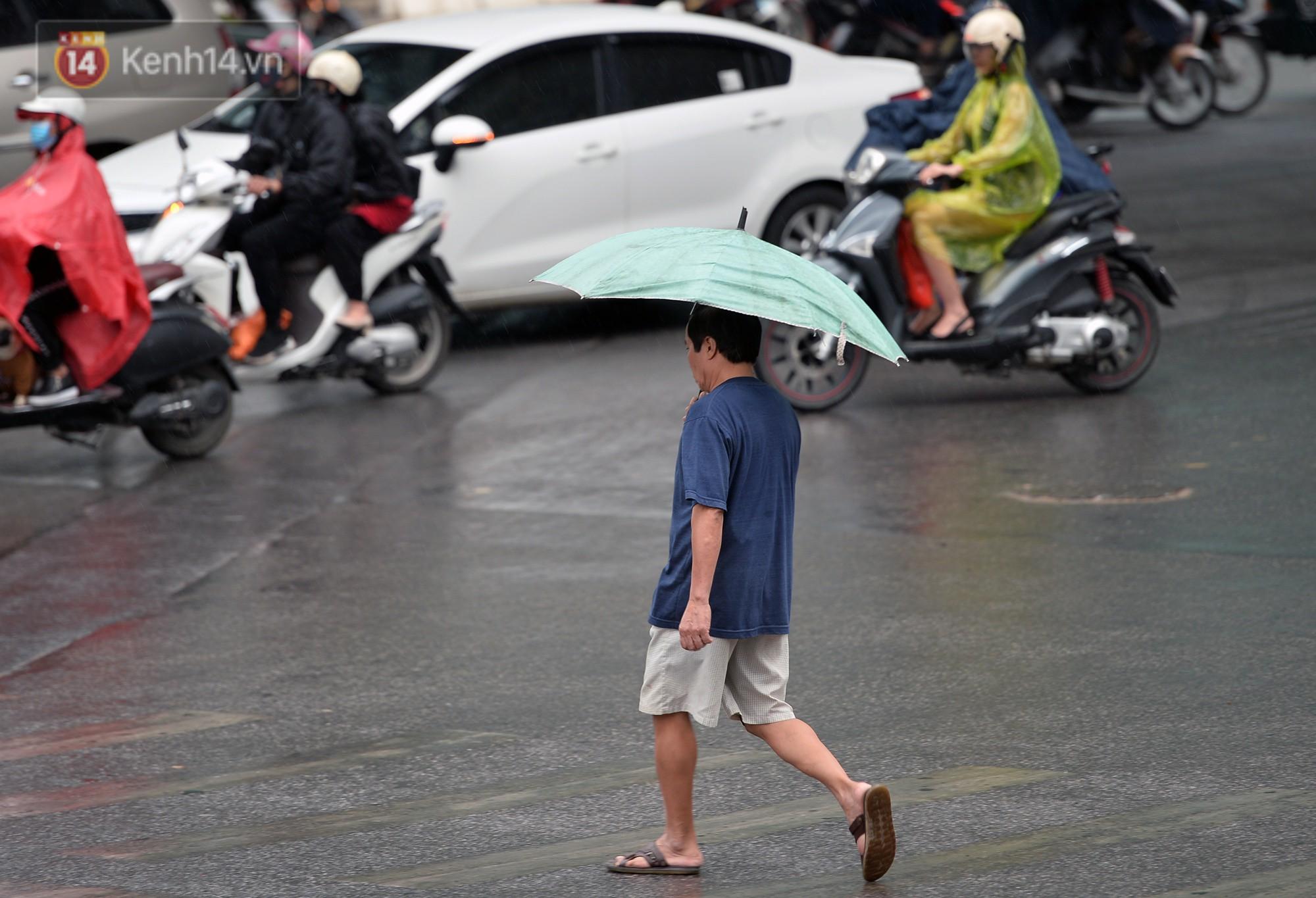 Chùm ảnh: Hà Nội giảm nhiệt độ, người mặc áo khoác dày, người quần đùi áo cộc xuống phố - Ảnh 5.