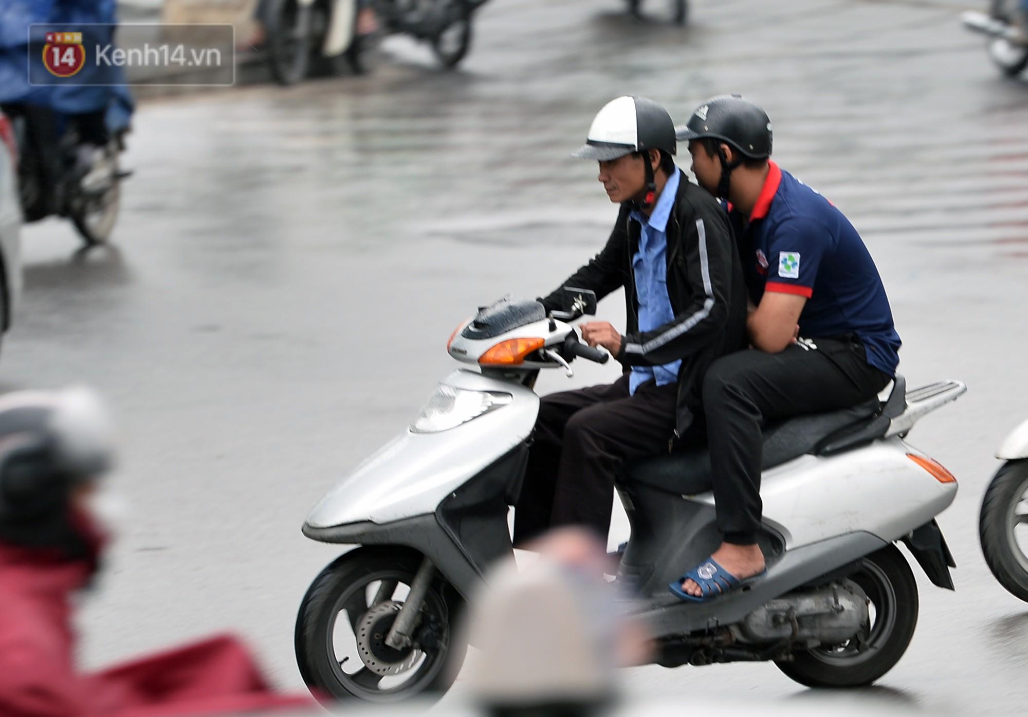 Chùm ảnh: Hà Nội giảm nhiệt độ, người mặc áo khoác dày, người quần đùi áo cộc xuống phố - Ảnh 7.