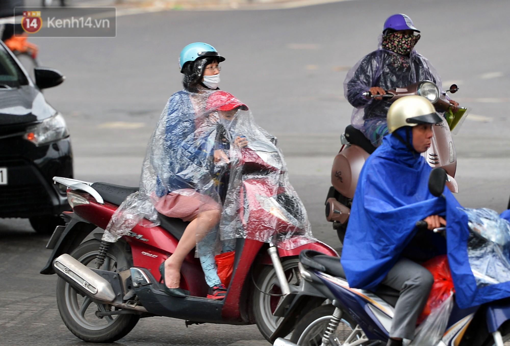 Chùm ảnh: Hà Nội giảm nhiệt độ, người mặc áo khoác dày, người quần đùi áo cộc xuống phố - Ảnh 10.