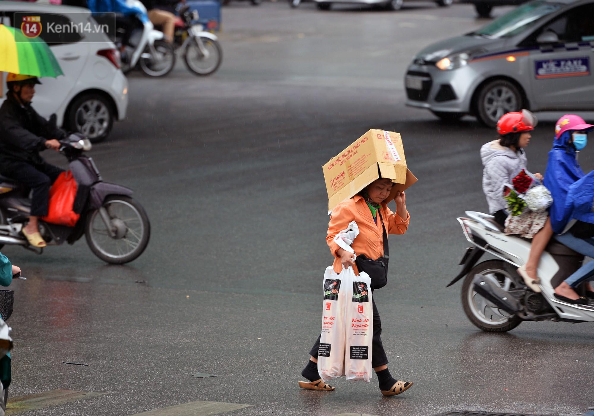 Chùm ảnh: Hà Nội giảm nhiệt độ, người mặc áo khoác dày, người quần đùi áo cộc xuống phố - Ảnh 8.