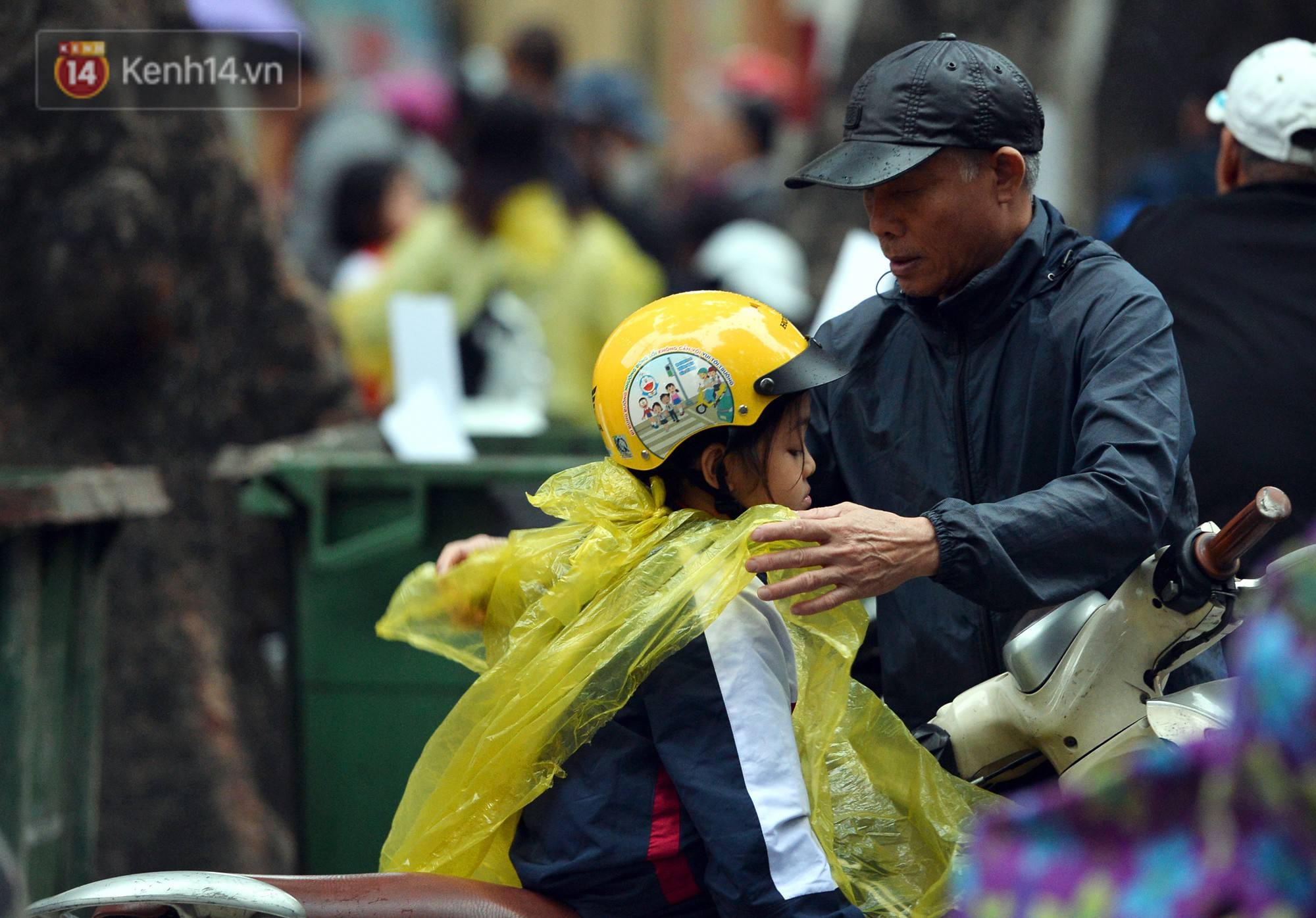 Chùm ảnh: Hà Nội giảm nhiệt độ, người mặc áo khoác dày, người quần đùi áo cộc xuống phố - Ảnh 11.