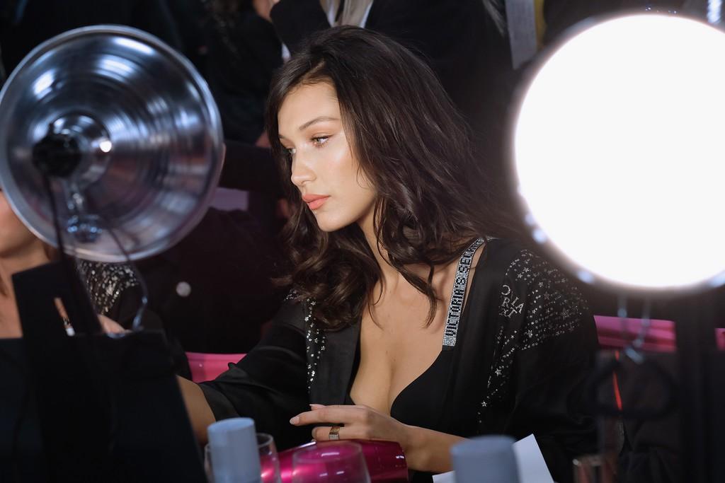 Loạt khoảnh khắc đẹp xuất thần không cần photoshop của Kendall, Gigi và Bella trong hậu trường Victorias Secret 2018 - Ảnh 26.