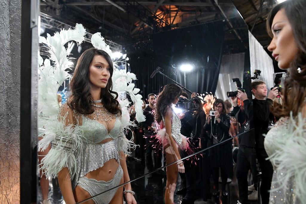 Loạt khoảnh khắc đẹp xuất thần không cần photoshop của Kendall, Gigi và Bella trong hậu trường Victorias Secret 2018 - Ảnh 25.