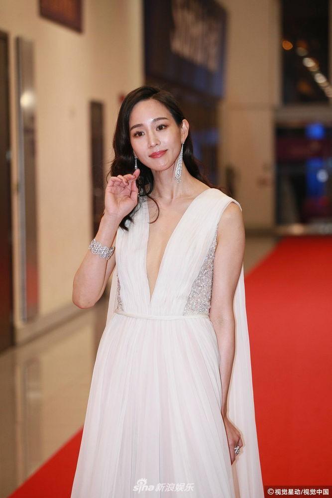 Thảm đỏ Hoa Đỉnh: Hoa hậu Hong Kong diện đầm xuyên thấu khoe body, Ngô Cẩn Ngôn bánh bèo với váy xẻ sâu - Ảnh 3.