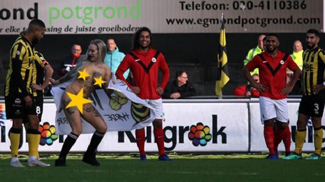 Chết cười trước cảnh fan thuê người đẹp thoát y chạy vào sân, đong đưa và khiêu khích cầu thủ đội bạn - Ảnh 6.
