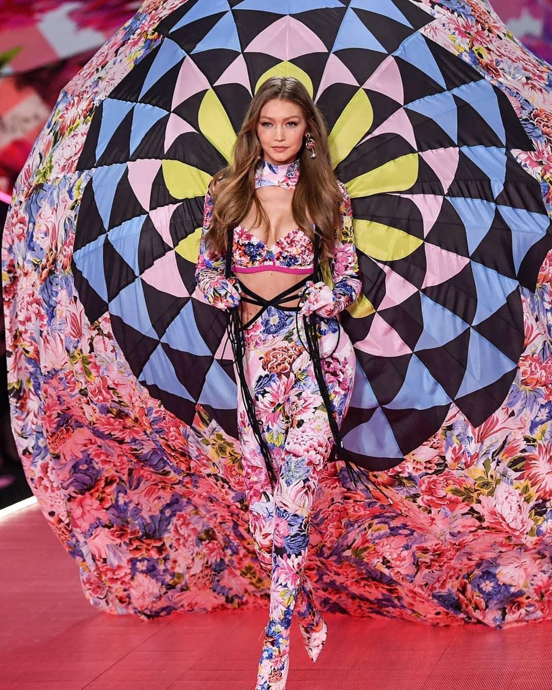 Gigi Hadid diễn nội y mà dân tình tưởng như cô nàng đang vác khinh khí cầu lên sàn diễn của Victorias Secret - Ảnh 5.