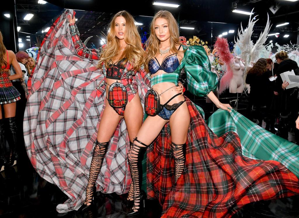 Loạt khoảnh khắc đẹp xuất thần không cần photoshop của Kendall, Gigi và Bella trong hậu trường Victorias Secret 2018 - Ảnh 17.