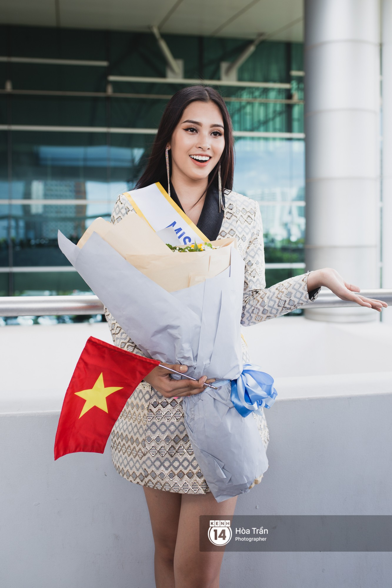 Mẹ cùng người hâm mộ tiễn Trần Tiểu Vy lên đường sang Trung Quốc chinh chiến Miss World 2018 - Ảnh 5.