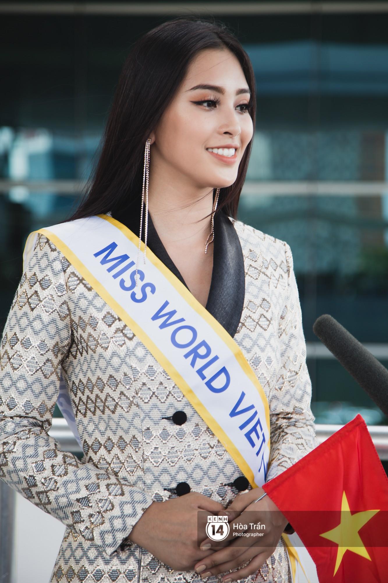 Mẹ cùng người hâm mộ tiễn Trần Tiểu Vy lên đường sang Trung Quốc chinh chiến Miss World 2018 - Ảnh 3.
