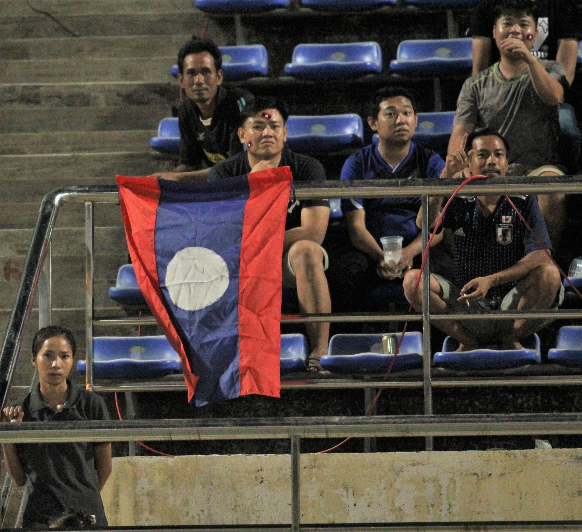 Đây mới là lý do khiến cầu thủ Lào chạnh lòng sau trận thua 0-3 trước Việt Nam ở AFF Cup 2018 - Ảnh 10.